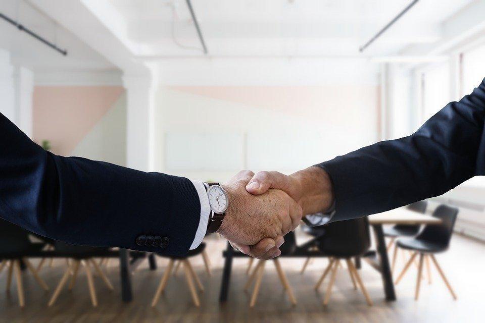 Пожатие рук при оформлении сделки